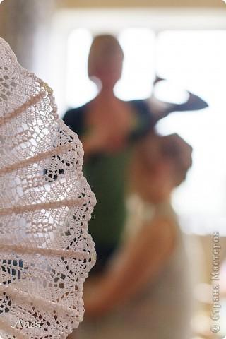 Делалось на свадьбу подруге. Основа - каркас от обычного веера. Связано крючком 0,8. фото 4