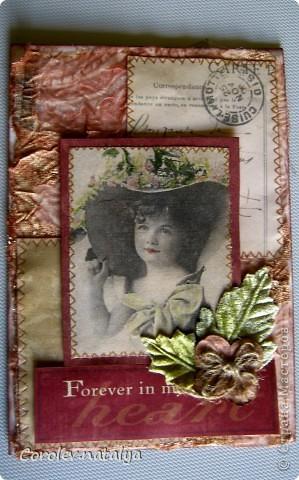 Всем доброго вечерочка или утречка! Хочу показать вам открыточки всяко-разно. Эту девчушку сделала в подарок очень хорошему человечку,потом он сам признается(может быть...),но поскольку посылка пришла чуть раньше дня рождения ,признаваться не буду. Использованы - акварельная бумага,ткань,скрапбумага 4 видов,распечатка ,готовые листочки и цветок,веревочка,дистрессы,гелевые ручки для имитации строчек. фото 1