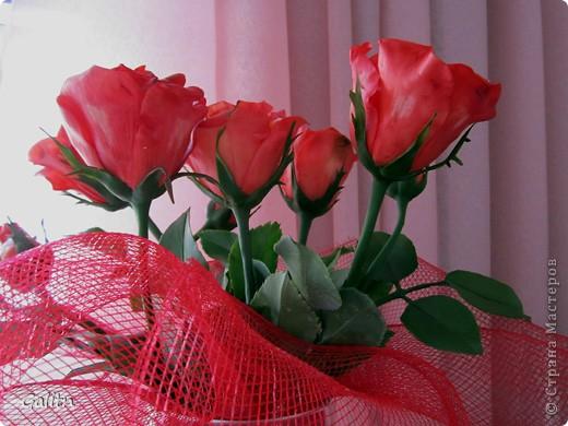 Надеюсь пока этим букетом завершиться моя *розовая* эпопея.Очень хочется заняться ещё чем-то.Не могу сказать. что я не люблю делать розы, просто за последнее время их было слишком много. Ну а сейчас приятного просмотра. фото 2