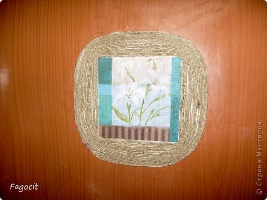 Решила сделать вот такое маленькое окошко на двери в комнату. Из-за отсутствия хорошего клея в доме, двустороннего скотча, но в присутствии огромного желания шпагат пришлось наклеивать на тройной слой скотча. Конечно же, если не жалко мебель, лучше использовать клей. Под салфеткой сделан фон из трех цветов (белый, коричневый, сине-зеленый) акриловой краской. По-моему, довольно незамысловатое и не затратное по времени и материалам изделие; буду рада, если кому-нибудь пригодится такая идея :**