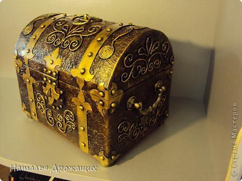 Поделка изделие Аппликация из скрученных жгутиков Сундук сокровищ для пирата Картон Коробки Краска фото 14