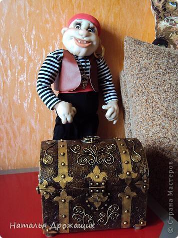 Здравствуйте дорогие гости. Размещаю несколько фоток сундука выполненном технике Пейп-арт, предложенной Татьяной Сорокиной http://stranamasterov.ru/node/346857?c=favorite. Вдохновили меня работы Лены http://stranamasterov.ru/node/393149?c=favorite, Тани http://stranamasterov.ru/node/388714?c=favorite и многие другие мастерицы СМ. фото 21
