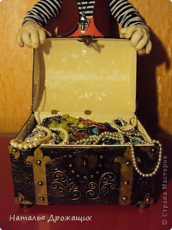 Поделка изделие Аппликация из скрученных жгутиков Сундук сокровищ для пирата Картон Коробки Краска фото 22