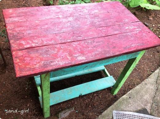 Этот стол я декорирую в третий раз. Предыдущий его вариант не пережил зиму. На фото вы видите его, надеюсь, последний образ. фото 2