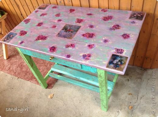 Этот стол я декорирую в третий раз. Предыдущий его вариант не пережил зиму. На фото вы видите его, надеюсь, последний образ. фото 1