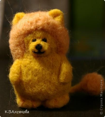 Вот и я! Здравствуйте! Я - лев! (свалян из шерсти желтой, оранжевой и черной, иголкой с обратным зубом распушила хвост и гриву) фото 2