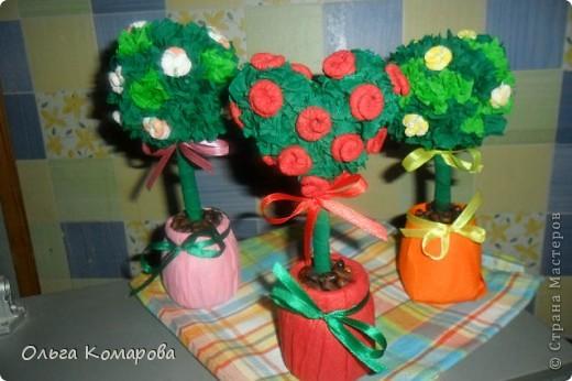 Топиарий - дерево счастья.  Это очень оригинальная композиция, которая всегда обращает на себя внимание.                Дерево счастья -  модное украшение интерьера и один из лучших вариантов хэнд-мэйд подарка. Изначально топиарное искусство, то есть фигурная стрижка деревьев и кустарников, использовалось в ландшафтном дизайне, но с ростом популярности рукоделия обрело новую жизнь.Домашние деревья создаются из различных натуральных и декоративных материалов, порой они имитируют настоящие растения, а порой приобретают сказочные цвета и формы. фото 2