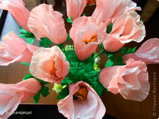 Розы из конфет гофрированной бумаги своими руками