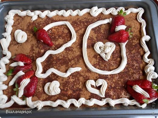 """Вот такой тортик сделал дочке на  День рождения. Продукты: 2 пачки бисквитного печенья """"Савоярди"""" 2 упаковки сыра """"Маскарпоне"""" 3 желтка, 1 ст. сахарного песка, 0,5 л. свежесваренного несладкого кофе Приготовить крем: взбить желтки, сахар и сыр """"Маскарпоне"""" В остывший несладкий свежесваренный кофе обмакивать печеньки, складывать в форму, промазывать кремом, верх украсить, поставить в холодильник на несколько часов."""