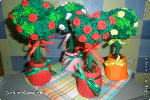 Топиарий - дерево счастья.  Это очень оригинальная композиция, которая всегда обращает на себя внимание.                Дерево счастья -  модное украшение интерьера и один из лучших вариантов хэнд-мэйд подарка. Изначально топиарное искусство, то есть фигурная стрижка деревьев и кустарников, использовалось в ландшафтном дизайне, но с ростом популярности рукоделия обрело новую жизнь.Домашние деревья создаются из различных натуральных и декоративных материалов, порой они имитируют настоящие растения, а порой приобретают сказочные цвета и формы. фото 1