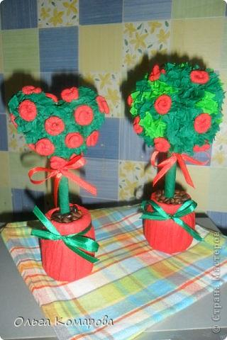 Топиарий - дерево счастья.  Это очень оригинальная композиция, которая всегда обращает на себя внимание.                Дерево счастья -  модное украшение интерьера и один из лучших вариантов хэнд-мэйд подарка. Изначально топиарное искусство, то есть фигурная стрижка деревьев и кустарников, использовалось в ландшафтном дизайне, но с ростом популярности рукоделия обрело новую жизнь.Домашние деревья создаются из различных натуральных и декоративных материалов, порой они имитируют настоящие растения, а порой приобретают сказочные цвета и формы. фото 3