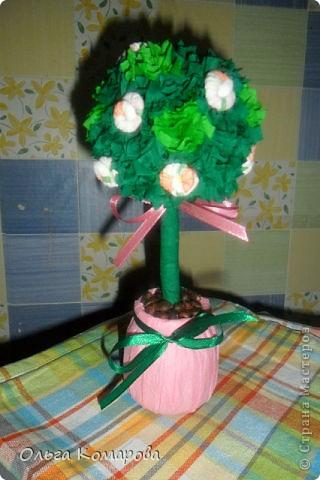 Топиарий - дерево счастья.  Это очень оригинальная композиция, которая всегда обращает на себя внимание.                Дерево счастья -  модное украшение интерьера и один из лучших вариантов хэнд-мэйд подарка. Изначально топиарное искусство, то есть фигурная стрижка деревьев и кустарников, использовалось в ландшафтном дизайне, но с ростом популярности рукоделия обрело новую жизнь.Домашние деревья создаются из различных натуральных и декоративных материалов, порой они имитируют настоящие растения, а порой приобретают сказочные цвета и формы. фото 6
