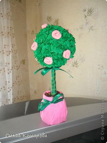 Топиарий - дерево счастья.  Это очень оригинальная композиция, которая всегда обращает на себя внимание.                Дерево счастья -  модное украшение интерьера и один из лучших вариантов хэнд-мэйд подарка. Изначально топиарное искусство, то есть фигурная стрижка деревьев и кустарников, использовалось в ландшафтном дизайне, но с ростом популярности рукоделия обрело новую жизнь.Домашние деревья создаются из различных натуральных и декоративных материалов, порой они имитируют настоящие растения, а порой приобретают сказочные цвета и формы. фото 9