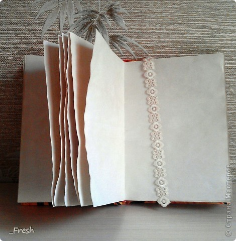"""Осенняя пора...очей очарование...Такие мысли навевает мне мой блокнотик. Блокнот формата А5, выполнен полностью вручную, коптский переплет, ручной плетеный каптал. Бумага офисная, тонирована кофе. Нитки """"Ирис"""". Название ткани, к сожалению, не знаю, нашла в старых запасах, но очень приятная на ощупь и яркая. Также кружево для украшения обложки и закладки, ну и гардения, сделанный по МК Светлана Б. http://stranamasterov.ru/node/321021 фото 2"""
