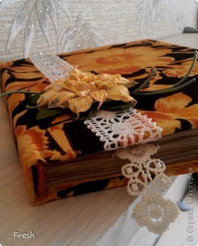 """Осенняя пора...очей очарование...Такие мысли навевает мне мой блокнотик. Блокнот формата А5, выполнен полностью вручную, коптский переплет, ручной плетеный каптал. Бумага офисная, тонирована кофе. Нитки """"Ирис"""". Название ткани, к сожалению, не знаю, нашла в старых запасах, но очень приятная на ощупь и яркая. Также кружево для украшения обложки и закладки, ну и гардения, сделанный по МК Светлана Б. http://stranamasterov.ru/node/321021 фото 3"""