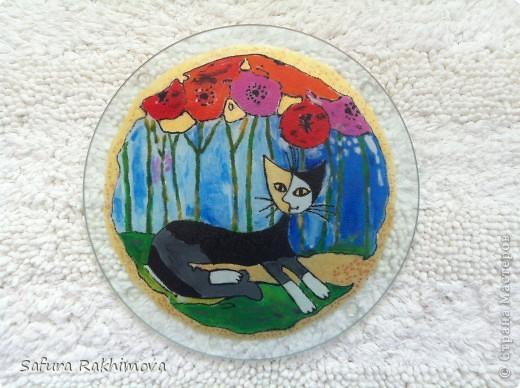 Поскольку я собиратель кошек. то давно мечтала иметь на кухне разделочную доску с котами. В магазинах  ничего не нашла, вот и решила ободрать стекляную разделочную доску и нарисовать на ней понравившуюся картинку (краски для стекла и керамики, изделие можно мыть  в посудомойке).  Обычно подобную роспись делают на посуде, стаканах, тарелках и т.п., может моя идея со стекляной доской кому-то пригодится. фото 1