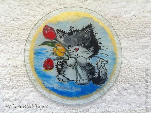 Поскольку я собиратель кошек. то давно мечтала иметь на кухне разделочную доску с котами. В магазинах  ничего не нашла, вот и решила ободрать стекляную разделочную доску и нарисовать на ней понравившуюся картинку (краски для стекла и керамики, изделие можно мыть  в посудомойке).  Обычно подобную роспись делают на посуде, стаканах, тарелках и т.п., может моя идея со стекляной доской кому-то пригодится. фото 2