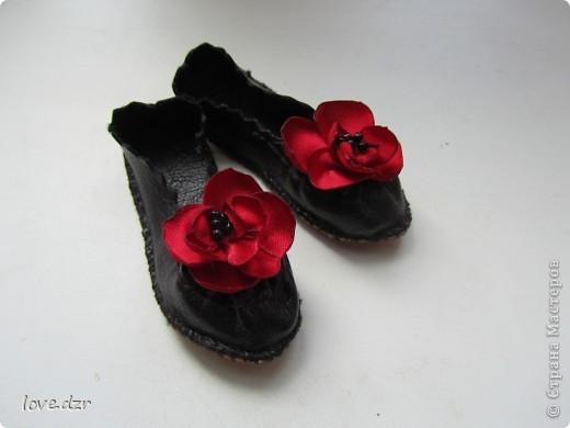Кожа зам,цветы делала из атласа и украсила бисером.Длина ножки 7см. фото 1