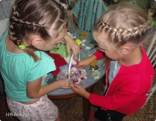 Вот такой букет мы делали на даче с девчонками ( подружками Вероники) на садьбу за одно мастер-класс провели. В создании букета принимали участие 3 подружки и я. Вот захотелось мне поразвлечь дечонок, а тут и повод нашелся. Решили все попробовать сделать цветочки для сладкого букета. Дарительница букета выбрала фольгилизированную розовую с перереходами бумагу, а я с ней работала в первые вот и допустила ошибку. Цвет нужно было делать сверху лепистков, а я сделала снизу,  поэтому букет не передает всей красоты. (как же плохо на даче без интерента) фото 3