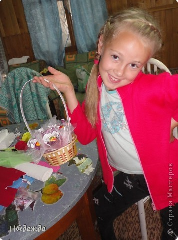 Вот такой букет мы делали на даче с девчонками ( подружками Вероники) на садьбу за одно мастер-класс провели. В создании букета принимали участие 3 подружки и я. Вот захотелось мне поразвлечь дечонок, а тут и повод нашелся. Решили все попробовать сделать цветочки для сладкого букета. Дарительница букета выбрала фольгилизированную розовую с перереходами бумагу, а я с ней работала в первые вот и допустила ошибку. Цвет нужно было делать сверху лепистков, а я сделала снизу,  поэтому букет не передает всей красоты. (как же плохо на даче без интерента) фото 4
