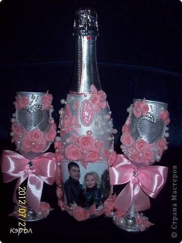 """Заказали мне недавно свадебный набор на десятую годовщину. Десятая годовщина носит название """"розовая свадьба"""". Поэтому, как именно я буду украшать боалы и бутылку я решила сразу - розовые розы. Сварила побыстрому фарфора и принялась за работу. На бутылку решила еще сделать декупаж из фотографии. Пришлось, конечно, повозиться... Сначала лачила, потом всю бумагу с изнанки снимала до самой пленочки. Зато получилось здорово. Словно фото прямо на стекле напечатано. фото 1"""