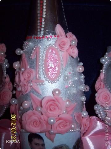 """Заказали мне недавно свадебный набор на десятую годовщину. Десятая годовщина носит название """"розовая свадьба"""". Поэтому, как именно я буду украшать боалы и бутылку я решила сразу - розовые розы. Сварила побыстрому фарфора и принялась за работу. На бутылку решила еще сделать декупаж из фотографии. Пришлось, конечно, повозиться... Сначала лачила, потом всю бумагу с изнанки снимала до самой пленочки. Зато получилось здорово. Словно фото прямо на стекле напечатано. фото 2"""