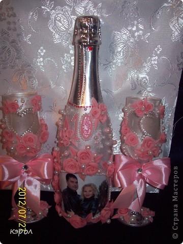 """Заказали мне недавно свадебный набор на десятую годовщину. Десятая годовщина носит название """"розовая свадьба"""". Поэтому, как именно я буду украшать боалы и бутылку я решила сразу - розовые розы. Сварила побыстрому фарфора и принялась за работу. На бутылку решила еще сделать декупаж из фотографии. Пришлось, конечно, повозиться... Сначала лачила, потом всю бумагу с изнанки снимала до самой пленочки. Зато получилось здорово. Словно фото прямо на стекле напечатано. фото 4"""