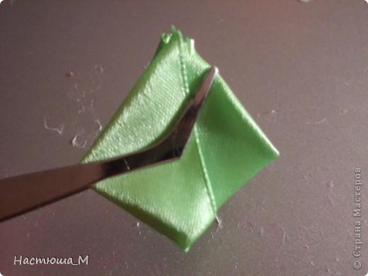 Сегодня я покажу вам как сделать такой лепесток.Я придумала его сама не судите строго!))) фото 6