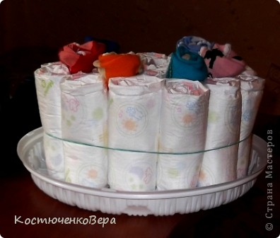 Поделюсь своим творением, которое навеяно творчеством наших замечательных мастеров. Этот подарок мы приготовили с моей старшей дочерью Алёной для её подруги, на днях она станет мамой. Так сложились обстоятельства, что и Алёна вторично станет мамой совсем скоро. Только из подгузников торт делать было не интересно, поэтому мы решили разнообразить его. фото 3