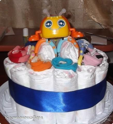 Поделюсь своим творением, которое навеяно творчеством наших замечательных мастеров. Этот подарок мы приготовили с моей старшей дочерью Алёной для её подруги, на днях она станет мамой. Так сложились обстоятельства, что и Алёна вторично станет мамой совсем скоро. Только из подгузников торт делать было не интересно, поэтому мы решили разнообразить его. фото 10