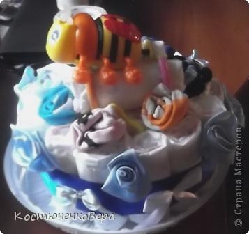Поделюсь своим творением, которое навеяно творчеством наших замечательных мастеров. Этот подарок мы приготовили с моей старшей дочерью Алёной для её подруги, на днях она станет мамой. Так сложились обстоятельства, что и Алёна вторично станет мамой совсем скоро. Только из подгузников торт делать было не интересно, поэтому мы решили разнообразить его. фото 11
