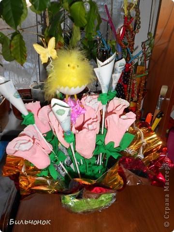 """Конфеты """"Осенний вальс""""  завернула в бутоны розы, сделанные по мотивам здешних мастериц из гофрированной бумаги фото 2"""