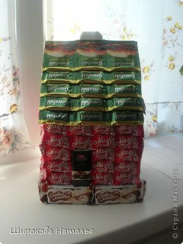 В подарок дяде решила сделать макет его строящегося дома. Дом из красного киртича на белом фундаменте, с зеленой крышей, двухэтажный. В выборе продуктов ориентировалась не только на цвет и форму, но и на вкусы дяди. фото 3