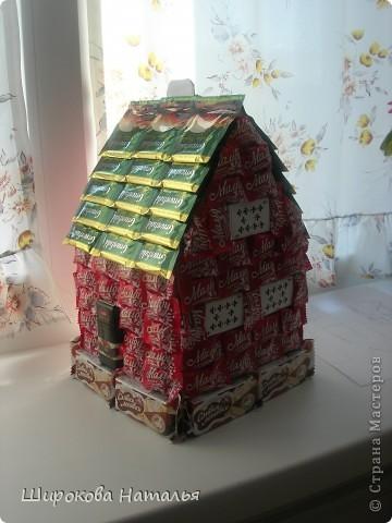В подарок дяде решила сделать макет его строящегося дома. Дом из красного киртича на белом фундаменте, с зеленой крышей, двухэтажный. В выборе продуктов ориентировалась не только на цвет и форму, но и на вкусы дяди. фото 1
