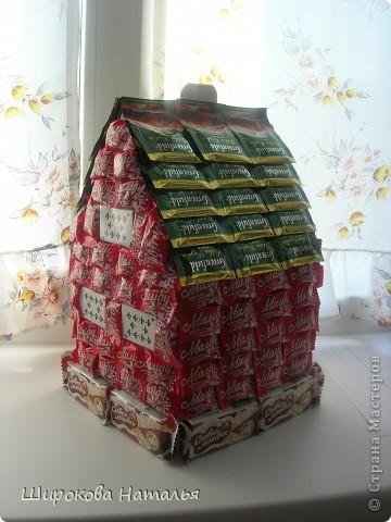 В подарок дяде решила сделать макет его строящегося дома. Дом из красного киртича на белом фундаменте, с зеленой крышей, двухэтажный. В выборе продуктов ориентировалась не только на цвет и форму, но и на вкусы дяди. фото 2