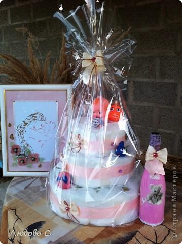Вот такой подарочный набор получился для новорожденной Полинки. Набор состоит из памперсного торта, картины от Ксении С. http://stranamasterov.ru/node/400686, и декупажной бутылочки.