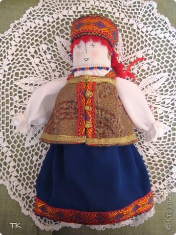 Вот такая красавица получилась у меня. В основе куклы столбик, обшитый тканью. Наряд украшен тесьмой, глаза, нос и рот вышиты нитками. фото 3