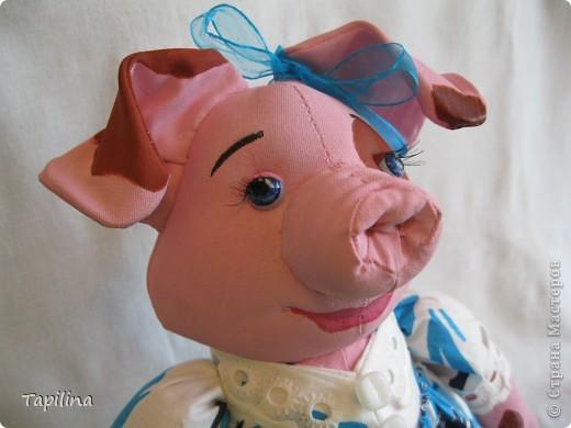 Свинка Ненила  Сыночка хвалила: -То-то хорошенький, То-то пригоженький - Ходит бочком, Уши торчком,  Хвостик крючком,  Нос пятачком!  фото 3