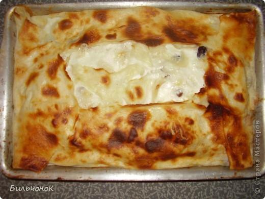 Лаваш (3 листа)...один укладывается в форму, два других порвать кусочками и замочить в смеси: 0,5 литра кефира + 2 яйца+ 2 ст. ложки сахара минутки на 3-4....потом выложить эти кусочки, перекладывая их творожной массой, изюмом, цукатами...в общем, по желанию.....остатки кефино-яичной смеси вылить прямо на начинку и не забыть смазать верхние листы лаваша....получается вкусняшка... А если пересыпать тертым сыром, да еще зелени добавить, тогда получится ленивая ачма (или хачапури)....только сахара в кефир не надо добавлять, лучше чуток соли и специй по вкусу.