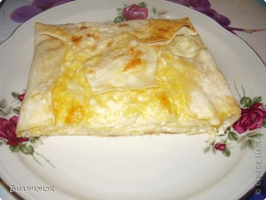 Сделано по принципу ленивой творожной запеканки http://stranamasterov.ru/node/401675?t=blog  ,  только вместо творога - натертый российский сыр (сыром просто пересыпала размоченные кусочки лаваша, затем в духовку на 15 минут...  фото 1