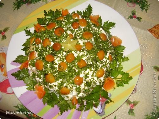 У каждой хозяйки свой рецепт этого популярного салата.... у меня все просто: картофель,  маринованные огурчики, мелко порезанные, отварная морковь; отварная куриная грудка, яйца отварные, сыр...все слои промазаны майонезом, сверху посыпано зеленью и украшено маринованными маслятами  5-й слой: сыр;
