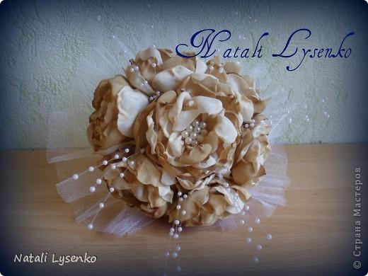 Свадебный букет ,выполненный с  атласной ткани двух оттенков, фатина,атласной ленты и бусин. фото 1
