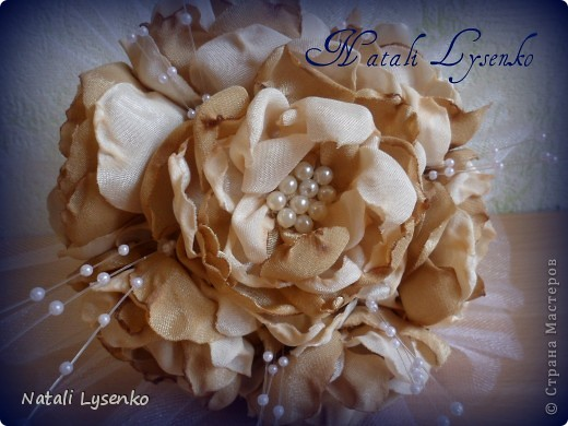 Свадебный букет ,выполненный с  атласной ткани двух оттенков, фатина,атласной ленты и бусин. фото 2