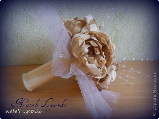 Свадебный букет ,выполненный с  атласной ткани двух оттенков, фатина,атласной ленты и бусин. фото 3