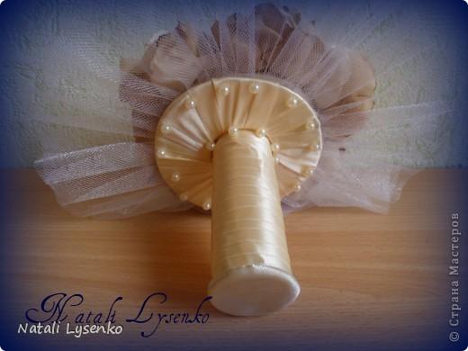 Свадебный букет ,выполненный с  атласной ткани двух оттенков, фатина,атласной ленты и бусин. фото 4