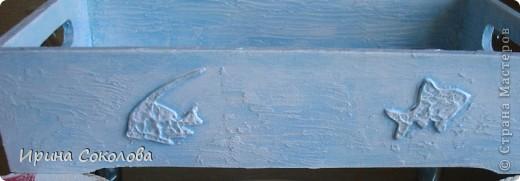 В набор входят три подстаканника в виде спасательных кругов и поднос. Подстаканники (пробковые) покрашены акриловыми красками, по краю приклеен жгут, небольшое напыление краской слоновая кость.  На подносике прямой декупаж салфетки и распечатки (надпись), рельеф и объемные элементы сделаны с помощью трафарета, текстурной пасты и шпатлевки. Вся работа покрыта матовым акриловым лаком.  фото 4