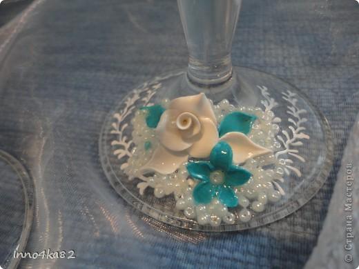 Попросили меня сделать подарок на свадьбу. Причем свадьба - пригласительные, зал - все с элементами бирюзового цвета.  Мне оставили ниточку для образца и предоставили полную свободу действий в дизайне. Думала я несколько дней, прежде чем усестся за цветы столь яркого цвета. Вот....надумала. Мне и заказчику очень понравилось. Выставляю на Ваш суд.  фото 2