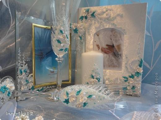 Попросили меня сделать подарок на свадьбу. Причем свадьба - пригласительные, зал - все с элементами бирюзового цвета.  Мне оставили ниточку для образца и предоставили полную свободу действий в дизайне. Думала я несколько дней, прежде чем усестся за цветы столь яркого цвета. Вот....надумала. Мне и заказчику очень понравилось. Выставляю на Ваш суд.  фото 7