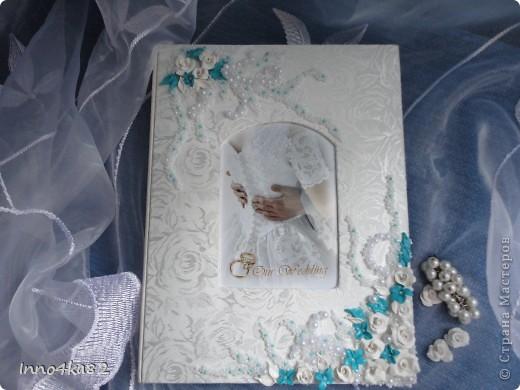 Попросили меня сделать подарок на свадьбу. Причем свадьба - пригласительные, зал - все с элементами бирюзового цвета.  Мне оставили ниточку для образца и предоставили полную свободу действий в дизайне. Думала я несколько дней, прежде чем усестся за цветы столь яркого цвета. Вот....надумала. Мне и заказчику очень понравилось. Выставляю на Ваш суд.  фото 6
