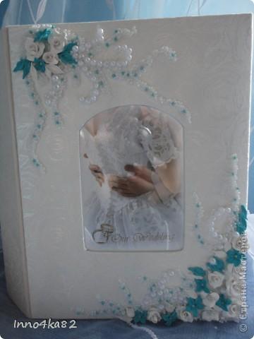 Попросили меня сделать подарок на свадьбу. Причем свадьба - пригласительные, зал - все с элементами бирюзового цвета.  Мне оставили ниточку для образца и предоставили полную свободу действий в дизайне. Думала я несколько дней, прежде чем усестся за цветы столь яркого цвета. Вот....надумала. Мне и заказчику очень понравилось. Выставляю на Ваш суд.  фото 5